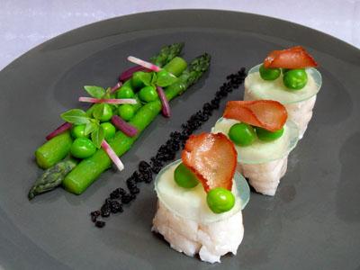 Lotte, asperges vertes, transparence de petits pois au bacon et poudre d'olives noires dans 3 - PLATS lotteaspergespoudreolivesnoires