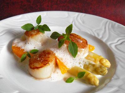 St Jacques, asperges blanches d'Alsace, crème à l'orange et baies de Sansho dans 2 - ENTREES stjacquesaspergeblancheorangebaiessancho