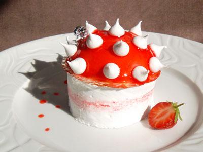 Bavarois fraise et fleur de sureau sur une meringue garnie dans 4 - DESSERTS fraisesureaumeringue